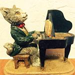 ピアノの鍵盤をおずおず触る猫が可愛い!この譜面通り弾けるかにゃ?